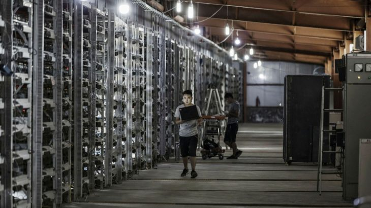cinli madenciler cihazlarini abdye tasiyor